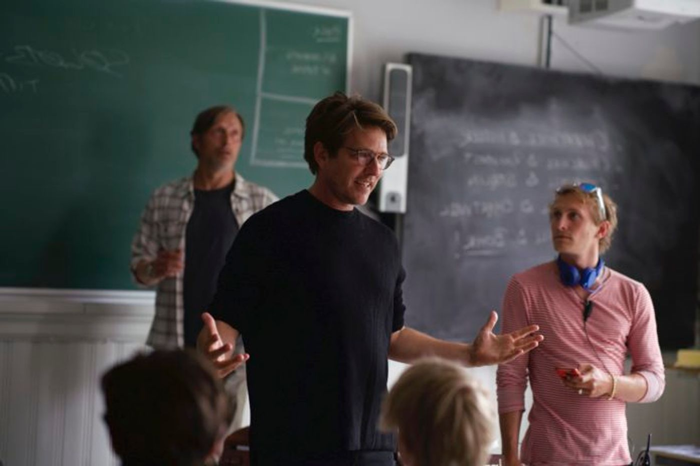 """""""Otra ronda"""": Thomas Vinterberg dirigiendo a Mads Mikkelsen (y a sus alumnos en la película)."""