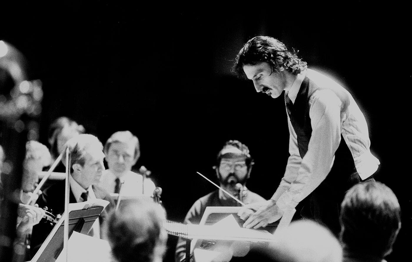 Zappa conduce una orquesta en el Barbican londinense: la vanguardia, siempre en el punto de mira. Foto: Michael Putland (Getty Images)